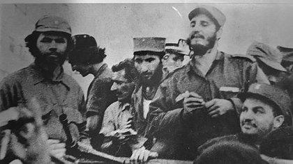 El comandante del ejército rebelde Huber Matos (izq.) con Fidel. Poco después, éste lo enviaría a prisión por 20 años por criticar el giro comunista de la revolución