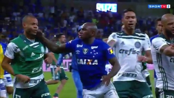 Sassá le propinó un brutal puñetazo a Mayke y desató la pelea en Palmeiras-Cruzeiro