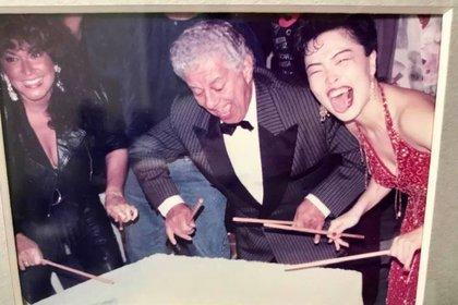 """Nora Suzuki con uno de sus grandes ídolos, el """"Rey del TImbal"""" Tito Puente Facebook: Orquesta de la Luz"""