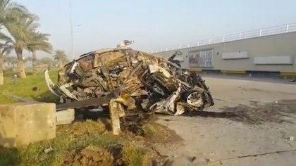 Los restos de un automóvil que habría pertenecido a Qassem Soleimani y Abu Mahdi al Muhandis se ven cerca del Aeropuerto Internacional de Bagdad, Irak, en la imagen tomadas desde un video, Enero 3, 2020. (Ahmad Al Mukhtar/vía REUTERS)