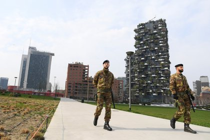 Soldados del Ejército italiano patrullan las calles luego de que fueron desplegados en la región de Lombardía para aplicar la cuarentena para frenar la propagación de la enfermedad COVID-19 causada por el coronavirus en Milán (Reuters)