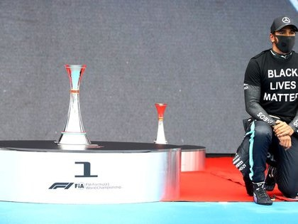 El piloto de Mercedes Lewis Hamilton se arrodilla en respaldo del movimiento Black Lives Matter antes del Gran Premio de Fórmula 1 de  Hungría, en Budapest - Julio 19, 2020    Mark Thompson/Pool vía REUTERS
