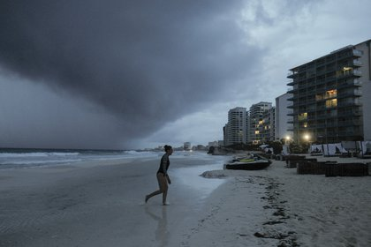 Las nubes se extienden este 26 de octubre  sobre Playa Gaviota Azul, en Cancún, México, a medida que se aproxima el huracán Zeta (Foto: AP/Victor Ruiz Garcia)