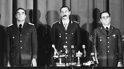 Jorge Rafael Videla, Eduardo Emilio Massera y Orlando Agosti, los tres comandantes que integraron la primera Junta Militar que derrocó al gobierno de María Estela Martínez de Perón el 24 de marzo de 1976. (Getty)