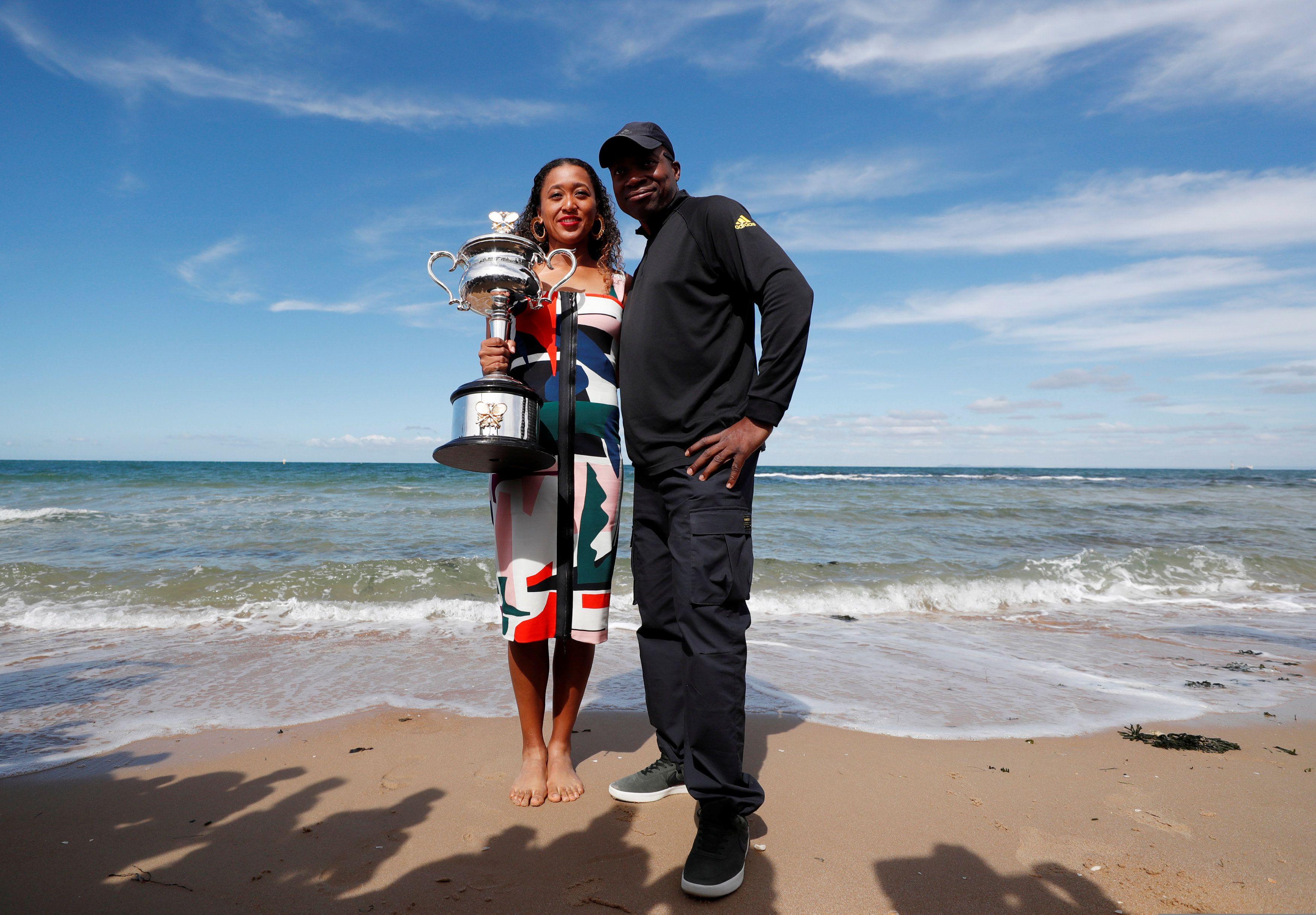Naomi Osaka con su padre Leonard Francois tras ganar el Australian Open en 2019 (Foto: Reuters)