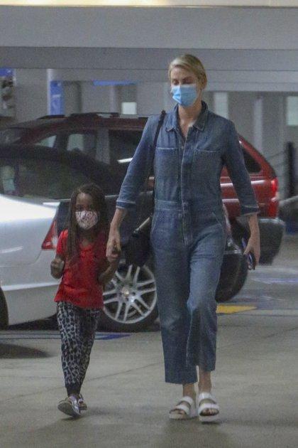 Charlize Theron fue vista en el hospital de Los Ángeles junto a su hija August. No trascendió el motivo por el cual la modelo y la niña estuvieron en el centro médico, y a ambas se las vio con el tapabocas, siguiendo el protocolo sanitario por la pandemia del coronavirus