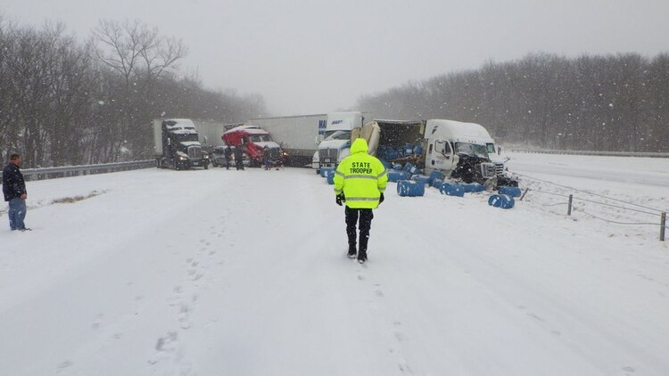 Un fuerte temporal de nieve azotó a Kansas (@MSHPTrooperA)