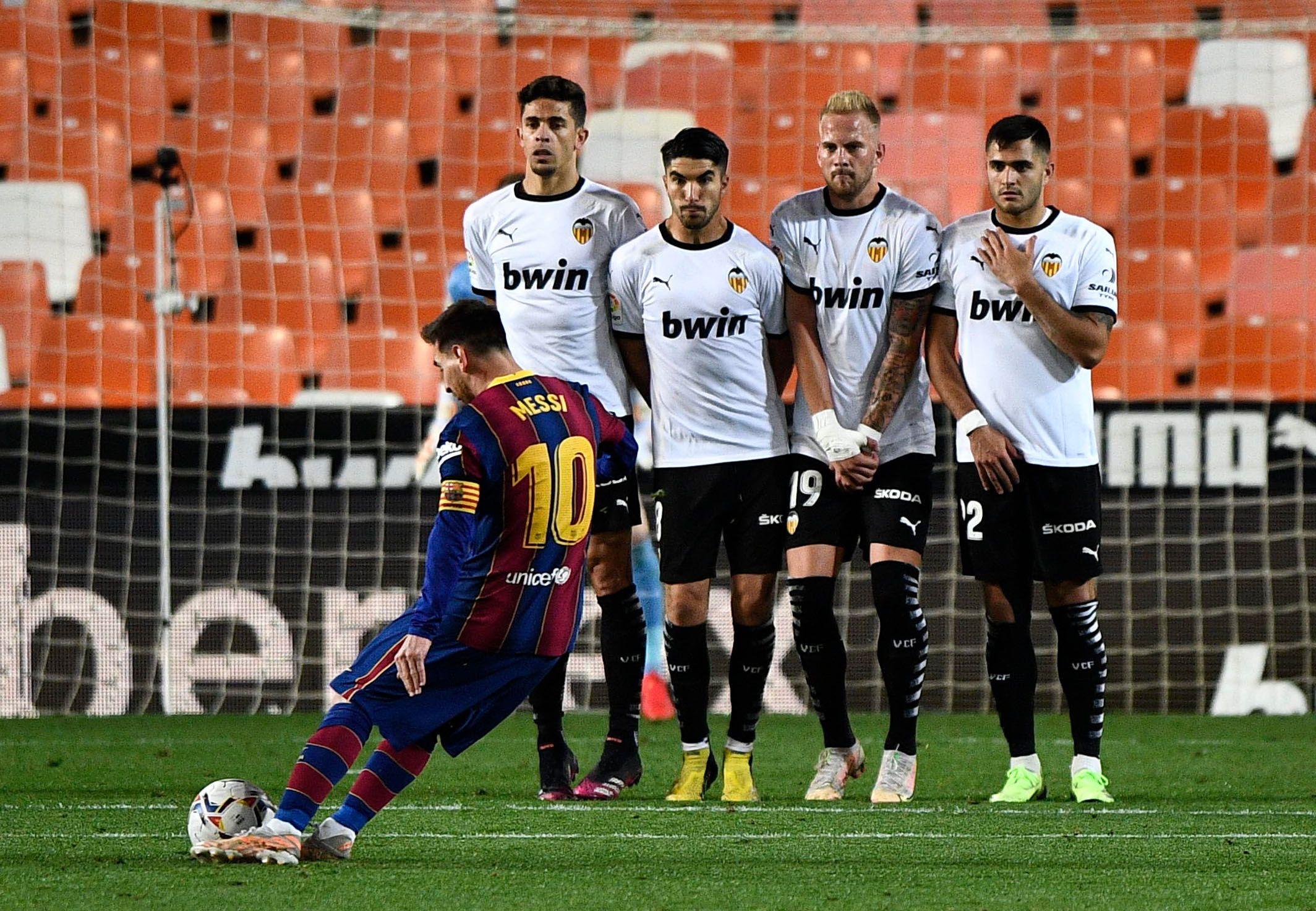 Lionel Messi marcó un golazo para el Barcelona, en el triunfo ante Valencia por 3-2 (REUTERS/Pablo Morano)