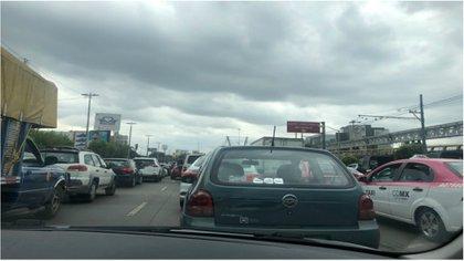 La fila de autos en las avenidas cercanas alcanzó varios kilómetros (Foto: @Normita_23)