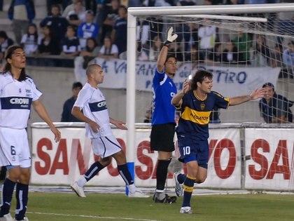 Guillermo Marino convierte el 3-1 en el estadio Ciudad de La Plata (FotoBaires)