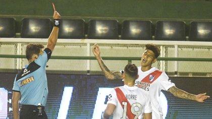 Fernando Raphaelini no lo dudó, expulsando a George Caracas al final del partido contra Bonfield (fotos byers)