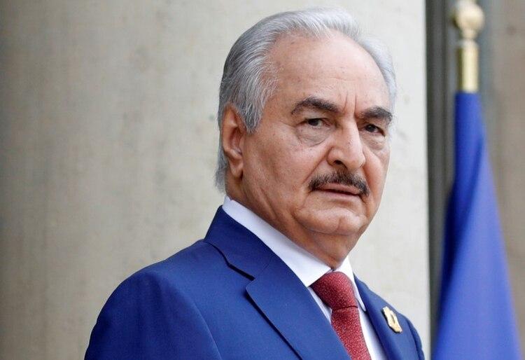 El general y caudillo libio Jalifa Haftar, líder de las fuerzas del gobierno en Tobruk (REUTERS/Philippe Wojazer)