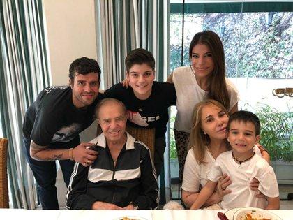 Una foto compartida por Zulemita Menem hace un mes y tituló 'Domingo en familia': Carlos Menem, Zulema Yoma, Carlos Nair, Zulemita y sus hijos Luca y Malek. (Foto Twitter)