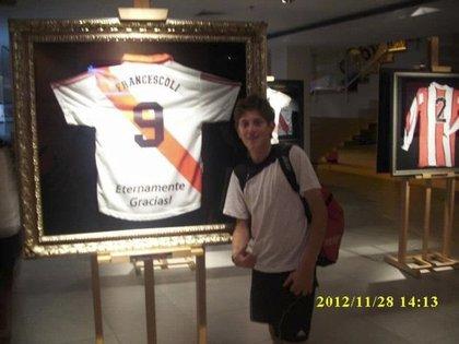 El delantero, junto a la camiseta de Enzo Francescoli