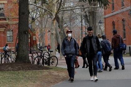 Un estudiante con barbijo en el campus de la Universidad de Harvard en Massachusetts el 10 de marzo de 2020 (REUTERS/Brian Snyder)