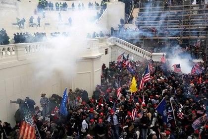 La policía lanza gas lacrimógeno contra una multitud de manifestantes pro-Trump (Reuters)