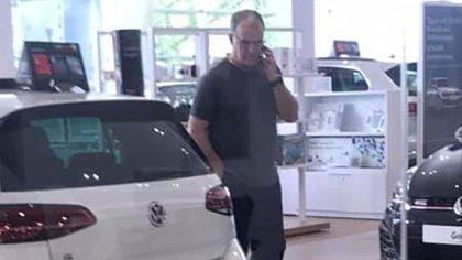 Bielsa capturado por una cámara de celular durante su visita a una concesionaria de autos (Foto: @LewisC1912)