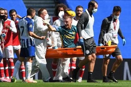 El arquero del Arsenal, Leno, apunta al francés Neal Maupay, delantero del Brighton And Hove, como el culpable por su dura lesión (Reuters)