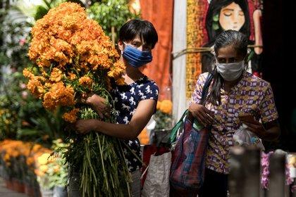 Los mercados continúan pintándose de naranja por la venta de flores de cempasúchil con motivo de la celebración del Día de Muertos (Foto: Cuartoscuro)