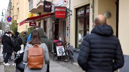 Gente hace cola para hacerse una prueba PCR  en Berlín, Alemania, el 15 de abril de 2021. REUTERS / Christian Mang