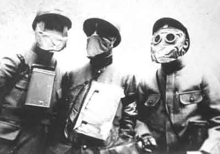 Tropas francesas muestran sus máscaras de gas