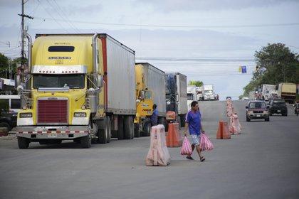 Camiones de carga en el paso fronterizo entre Panamá y Costa Rica. EFE/Carlos Lemos/Archivo
