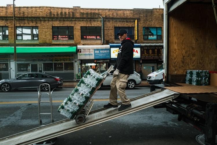 Algunos trabajadores han sido considerados esenciales, incluidos los repartidores. (Ryan Christopher Jones / The New York Times)