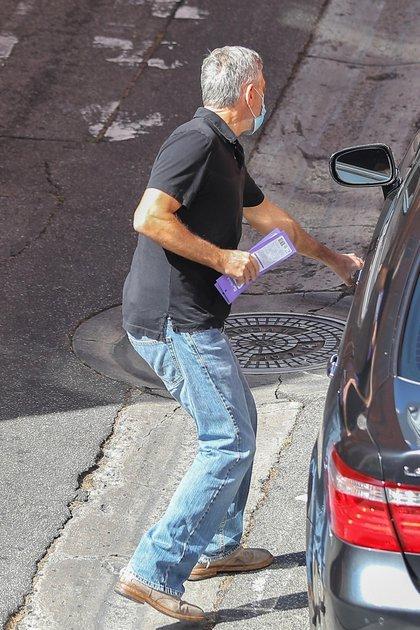 George Clooney fue visto saliendo de un centro de estética en Beverly Hills, Los Ángeles, California. El actor se mostró con prisa, y su tapabocas puesto, subiendo a su auto para retomar sus compromisos laborales (Fotos: The Grosby Group)