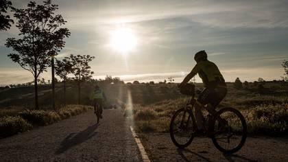 Dos hombres en bicicleta este sábado en el municipio madrileño de Alcobendas (EFE/Emilio Naranjo)