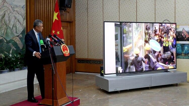 El embajador chinoLiu Xiaoming también mostró fotos de las protestas (Reuters)