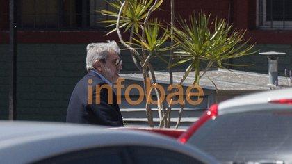 Aníbal Fernández, abogado de Cristóbal López, en la sede policial de la calle Madariaga (Fotos: Adrián Escandar)