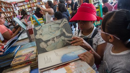 CIUDAD DE MÉXICO, 20NOVIEMBRE2017.- Cientos de niños visitan y buscan entre los libros que editoriales venden en la Feria Internacional del Libro Infantil y Juvenil, que se realiza en el Parque Bicentenario. (Foto: Isaac Esquivel/Cuartoscuro)