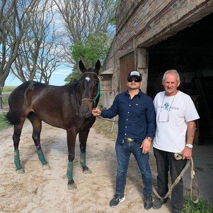 "Chino Maidana junto a la ""China Negra"", su caballo de carreras"