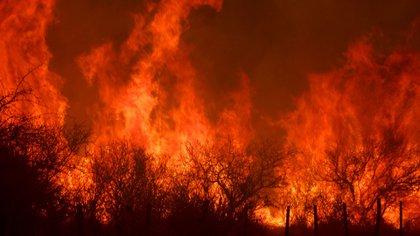 Este domingo por la noche se mantenían dos focos activos de incendios en los departamentos Cruz del Eje y en Río Cuarto (Mario Sar)