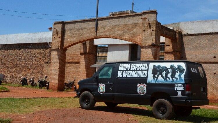 Una camioneta de la Policía de Paraguay frente al penal de Pedro Juan Caballero tras la fuga el 19 de enero de 2020 (AP Photo/Marciano Candia)