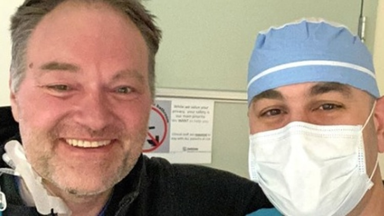 Ryan Padgett, a la izquierda, junto a un enfermero (Foto: Facebook)