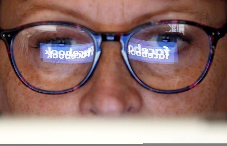 Facebook reconoció que algunos desarrolladores podrían haber accedido a privilegios que habían sido revocados previamente (REUTERS/Regis Duvignau/Illustration/File Photo)