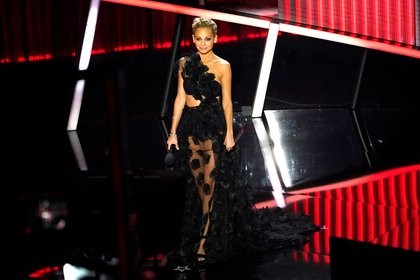 Nicole Richie presentó el premio al mejor álbum de Billboard 200 en la ceremonia. Vestida por Christian Siriano, Richie lució un vestido de corte asimétrico de tul negro con pétalos negros.Para completar el look, llevó un bandeau negro con la parte de abajo a juego y unos zapatos también negros de plataforma (Foto AP / Chris Pizzello)