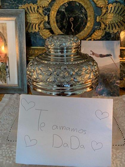 El altar donde colocó las cenizas está adornado con flores y fotos familiares (Foto: Instagram @sergiomayerb)