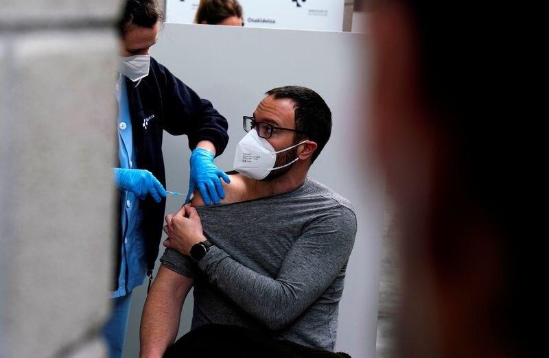 FOTO DE ARCHIVO: Un trabajador de una escuela de educación primaria recibe una dosis de la vacuna de AstraZeneca contra la COVID-19 en la plaza de toros de Illumbe dde San Sebastián, España, el 2 de marzo de 2021. REUTERS/Vincent West