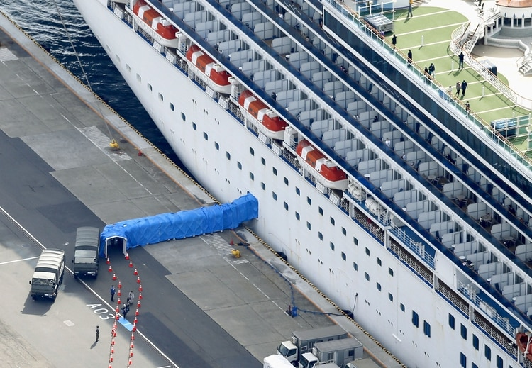 Cientos de pasajeros desembarcaron del crucero tras pasar dos semanas sin síntomas (Reuters)