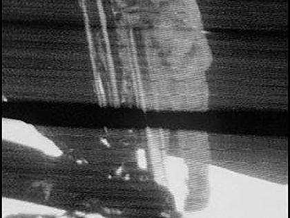 El momento en que Neil Armstrong pone el pie en la Luna