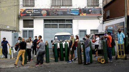 La larga fila esperando para recargar oxígeno (Pedro Rances Mattey / AFP)