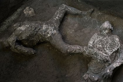 Ambos esqueletos fueron encontrados en una habitación lateral a lo largo de un pasillo subterráneo, conocido en la época romana antigua como criptoporticus, que conducía al nivel superior de la villa (Luigi Spina/Handout via REUTERS)