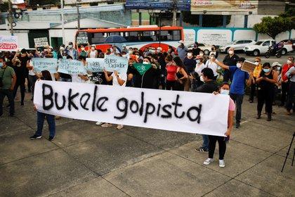 Protesta contra la remoción de los jueces de la Corte Suprema y el Fiscal General por parte de la asamblea legislativa salvadoreña. REUTERS/ Jose Cabezas.