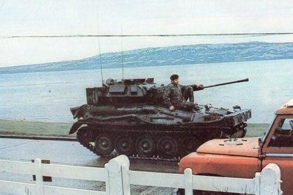Vehículo blindado inglés, en la  costanera de Puerto Argentino, cuando ya todo había terminado. (Gentileza E. Rotondo)