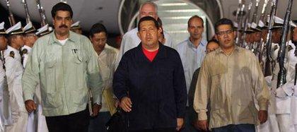 Hugo Chávez (m) arribando de un viaje a Cuba en compañía de Nicolás Maduro (i) Elías Jaua (d) y en la parte posterior se logra apreciar a Rafael Ramírez