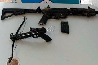 Ballesta y réplica de ametralladora: las armas incautadas.