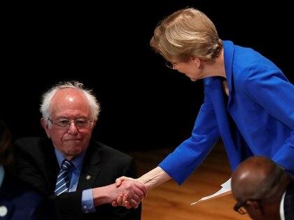 Elizabeth Warren y Bernie Sanders (REUTERS/Randall Hill)