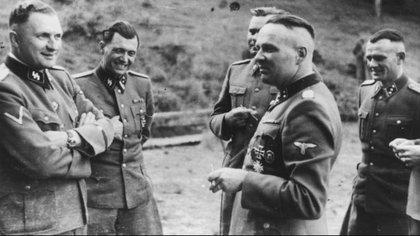 """Mengele (segundo desde la izquierda) ingresó al Partido Nacional Socialista de Austria y Alemania y adhirió con fervor a Hitler. Era profesor de medicina en la Universidad de Leipzig cuando se dictaron en Alemania las leyes de """"protección de la raza aria"""" (Holocaust Memorial)"""